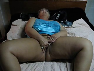 BBW MOM MASTURABATING ON CAM